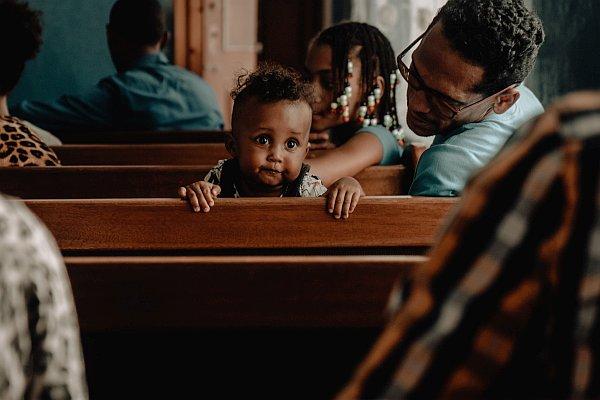 Kleinkind in einer Kirchenbank