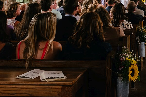 Blick in eine voll besetzte Kirche